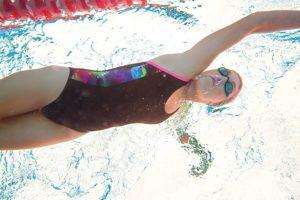 Frau Schwimmbt mit Zoggs Schwimmbrille