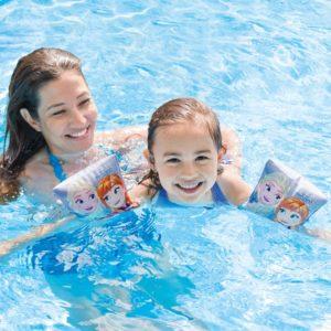 Kind mit Mutter im Wassers mit Intex Eiskönigin Schwimmhilfen
